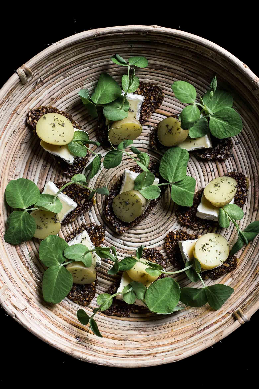 Rugchips med nye kartofler og skimmelost · 12