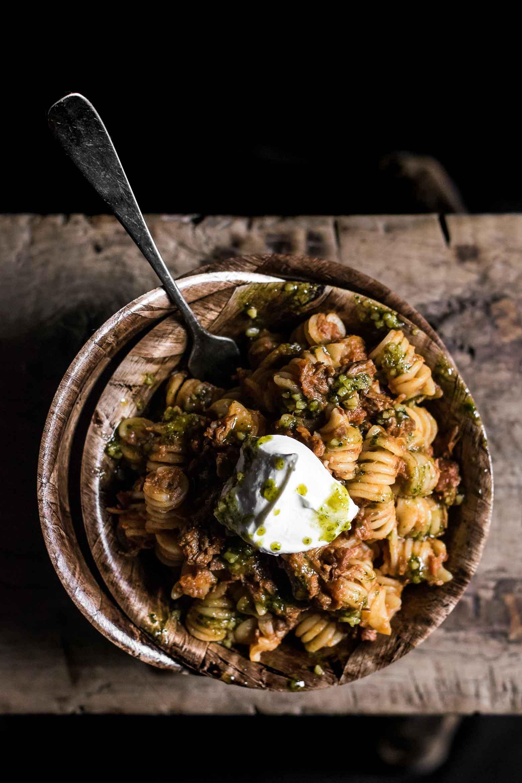 Spaghetti bolognese med gedeost og persillepesto · 10